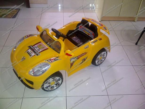 Mobil Aki Porsche Sport Kuning